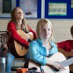 楚格和卢塞恩国际学校的学生弹吉他
