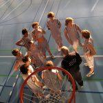 楚格和卢塞恩国际学校的学生在篮球场上