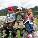 约翰·F·肯尼迪国际学校的3个学生坐在石头上