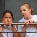 约翰·F·肯尼迪国际学校的2个女学生趴在栏杆上聊天