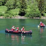 约翰·F·肯尼迪国际学校的学生在湖里划船
