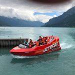 约翰·F·肯尼迪国际学校的学生坐在快艇上