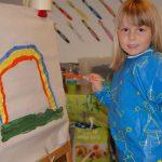 瑞士KSI国际学校小女生穿着罩衫,在画画