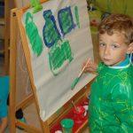 瑞士KSI国际学校的幼儿园男生穿着罩衫,在画画