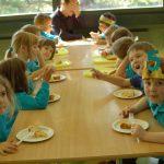 瑞士KSI国际学校的12个小朋友在开5岁生日派对,开心地吃蛋糕
