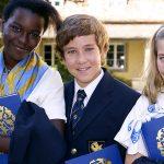 萝实学院的6个初中生微笑面对镜头