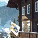 萝实学院的教学楼和远处的雪山