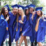 莱辛美国学校的学生在毕业典礼上
