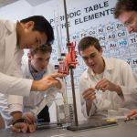 莱辛美国学校的学生做化学实验