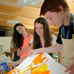 莱辛美国学校的学生展示绘画作品