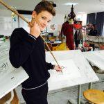 莱辛美国学校的学生用树枝做绘画工具