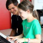 莱辛美国学校的学生弹电子琴