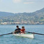 莱辛美国学校的学生在湖里划船