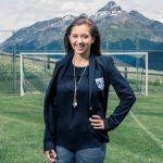 阿尔卑斯卓士学校的学生站在足球门前