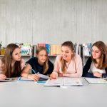 阿尔卑斯卓士学校的学生在阅览室讨论小组作业