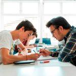 阿尔卑斯卓士学校的学生在一起认真做作业
