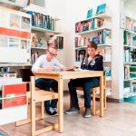 阿尔卑斯卓士学校的学生在图书馆学习