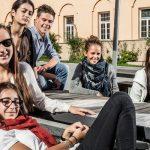 阿尔卑斯卓士学校的学生在室外聊天休息