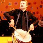 阿尔卑斯卓士学校的学生表演击鼓