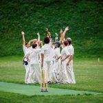 阿尔卑斯卓士学校的学生们准备打板球