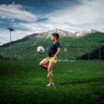 阿尔卑斯卓士学校的学生用膝盖颠足球