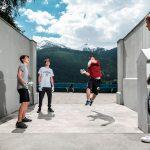 阿尔卑斯卓士学校的学生玩跑酷