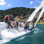 阿尔卑斯卓士学校的学生在帆船上