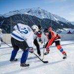 阿尔卑斯卓士学校的学生打冰球