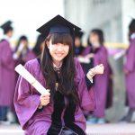 奥林匹亚学校的学生穿着毕业服