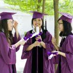 奥林匹亚学校的学生们穿着毕业服