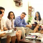 奥林匹亚学校的老师和学生沟通交流