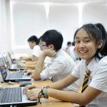 奥林匹亚学校的学生在电脑室认真学习