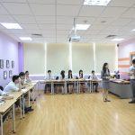奥林匹亚学校的学生做小组演讲