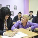奥林匹亚学校的老师热情的和学生交流
