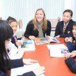 奥林匹亚学校的老师和学生一起讨论问题
