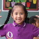 奥林匹亚学校的缺了两颗牙齿的可爱小女孩