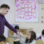 奥林匹亚学校的老师和学生击拳加油