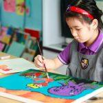 奥林匹亚学校的学生画画