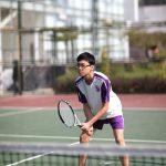 奥林匹亚学校的学生打网球