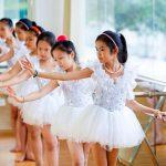 奥林匹亚学校的学生练习跳芭蕾舞