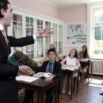 罗森堡学院的老师给学生上课