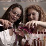 罗森堡学院的学生做实验
