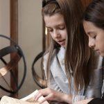 罗森堡学院的学生认真看书