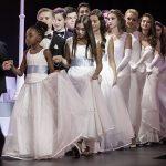 罗森堡学院的学生穿着白裙上台表演