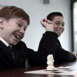罗森堡学院的学生开心的下国际象棋