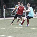罗森堡学院的学生踢足球