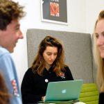圣乔治国际学校的学生认真讨论问题