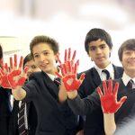 圣乔治国际学校的学生手掌涂满红色