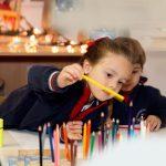 圣乔治国际学校的学生选择彩色铅笔