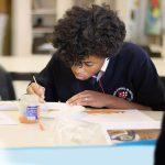 圣乔治国际学校的学生进行美术创作